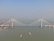 广东:南沙港铁路龙穴南水道特大桥顺利合龙