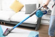 吉米上手把吸尘器提着吸更顺手,做家务的爸爸给孩子做更好的榜样